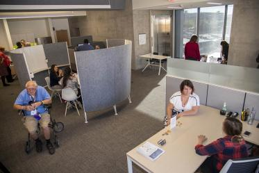 The Faculty Commons + Advisory is a space designed for Health Sciences faculty to connect and collaborate. Half of the space is filled with intimate meeting spots, booths, tables and small nooks make it easy to meet on the fly or schedule a conversation with colleagues.